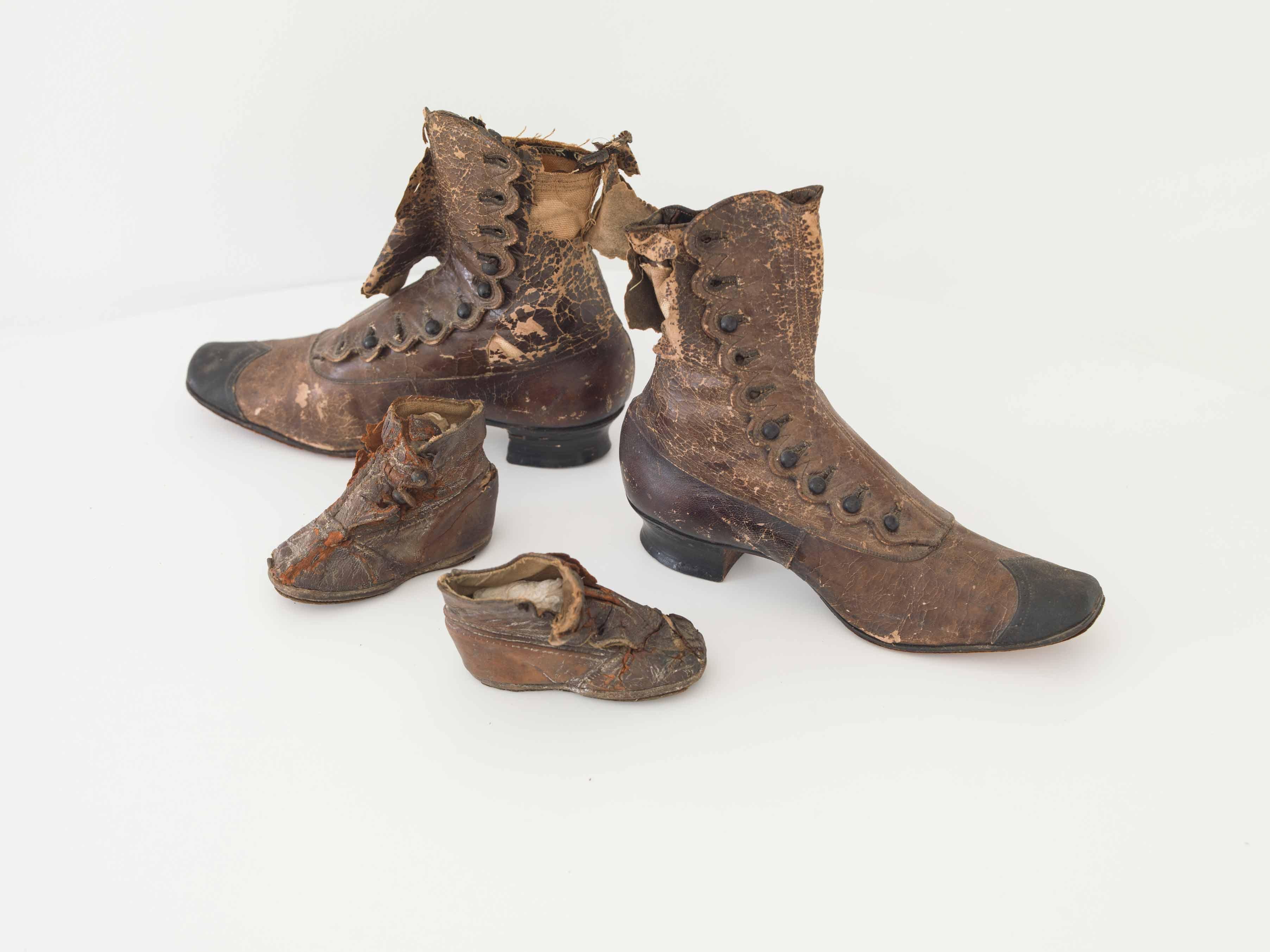 Zapatos de mujer y niña de finales del siglo XIX